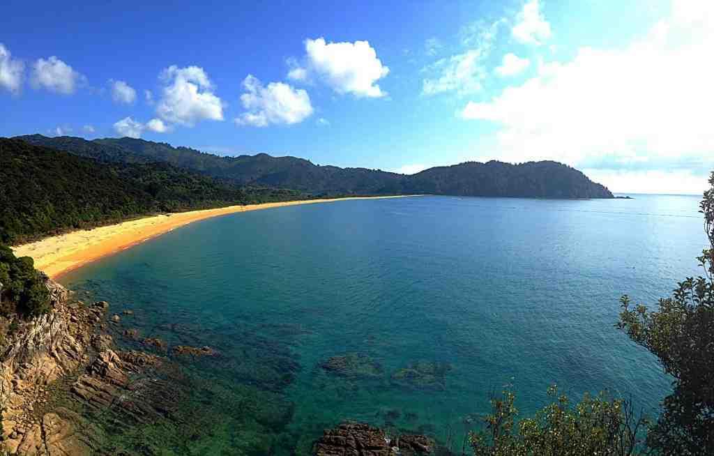 Im Abel Tasman National Park kommt man immer wieder an traumhaften Buchten vorbei