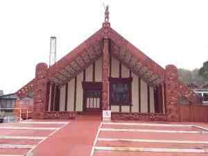es gibt einige Maori Gebäude und Skulpturen in Neuseeland