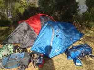 Im Gegensatz zum Rucksack kann das Zelt erst vor Ort gekauft werden - das ist teilweise günstiger und die Ausrüstung muss nicht so lange getragen werden!