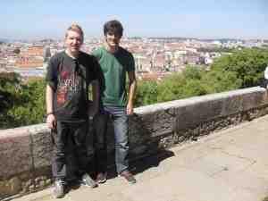 Vordergrund: Menschen, Hintergrund: Lissabon