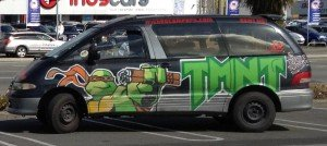 Ein Wicked Camper mit bunter Bemalung in Christchurch